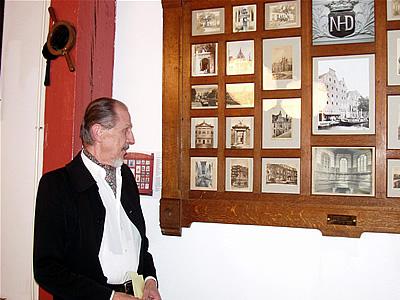 Cor bij 'zijn' fotolijst in de Turfzaal