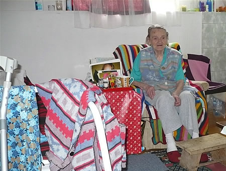 Een bewoonster van Casa Diaconala in haar kamer  - foto: Bas Menken
