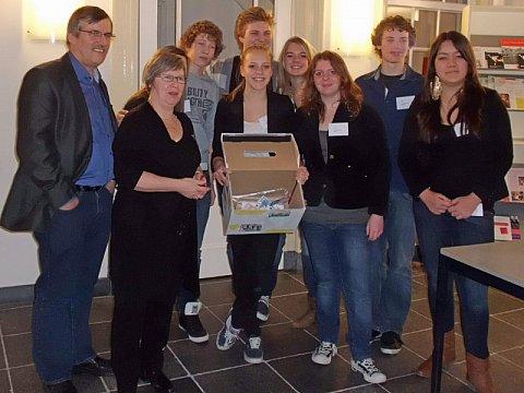 De groep met de goedgevulde collectedoos – foto: Henriëtte van den Broek