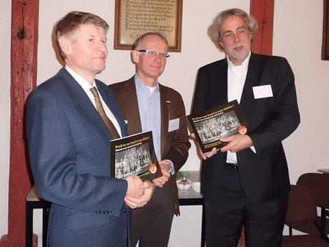 Het symposiumverslag is aangeboden aan de voorzitters van beide diaconieën - foto: Henriëtte van den Broek