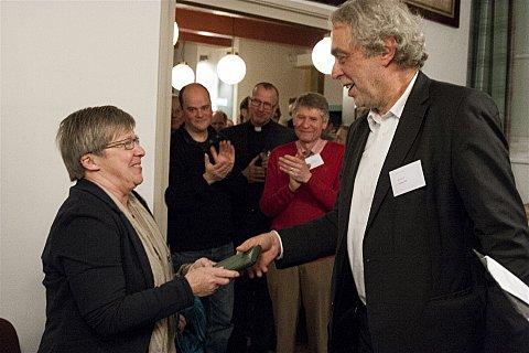 Jacqueline Schoonwater krijgt drie broodpenningen van voorzitter Bert Verweij (foto: Melle van der Wildt)