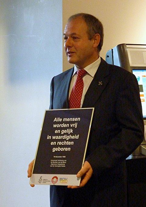 Burgemeester Lenferink nam de poster in ontvangst