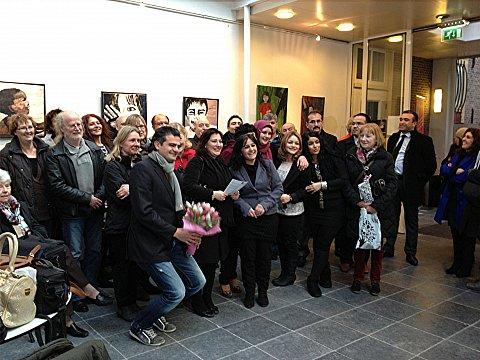 Kunstenares Latife Ugur temidden van het publiek bij de opening van haar tentoonstelling in De Bakkerij