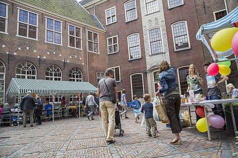 De feestelijke binnenplaats van het Kinderrechtenhuis (foto Melle van der Wildt)